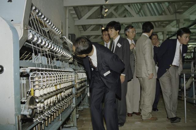 TLB023000268_004 - Bezoek van een delegatie uit zusterstad Minamiashigara in Japan aan het Tilburgs Textielmuseum