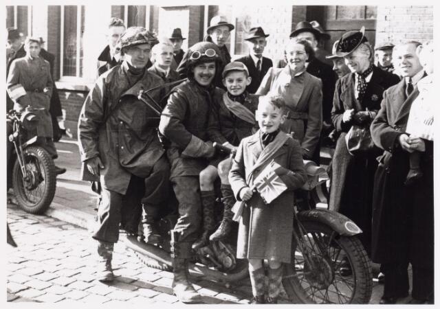 013288 - WO2 ; WOII ; Tweede Wereldoorlog. Bevrijding. Een Schotse motorordonnans temidden van opgeluchte Tilburgers voor het gebouw van het Arbeidsbureau aan de Markt