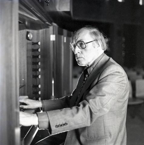 D-00690 - Portret van Louis Toebosch(Maastricht, 18 maart 1916 – Tilburg, 22 mei 2009 - componist, muziekpedagoog en organist) - Voormalig Dirigent van het Tilburgs Symfonie Orkest (1946-1950 ) en voormalig directeur van het Brabants Conservatorium (1965-1974).