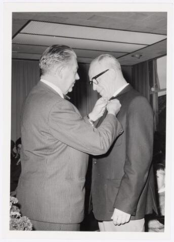 039086 - Volt. Jubileum. Loco burgemeester Pontzen speldt de heer Geux een onderscheiding op vanwege diens 40-jarig dienstverband bij Volt op 30 - 9 - 1965. Dhr.Geux was baas onderhoud spoelen gereedschappen.