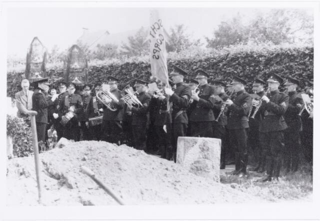 011945 - WO2 ; WOII ; Begrafenis van politieman Harrie Geven op het kerkhof aan de Bredaseweg op 25 juni 1943. Geheel links Piet Gerrits, politieman en N.S.B.er. Hij kreeg na de oorlog de doodstraf en werd in 1947 gefusilleerd.  Hendrikus Antonius Geven was bij de verkeerspolitie getrouwd met S. Berendsen en overleed te Tilburg op 21 juni 1943. In maart 1942 vierde Harrie zijn zilveren ambtsjubileum als lid van de Tilburgse verkeerspolitie.