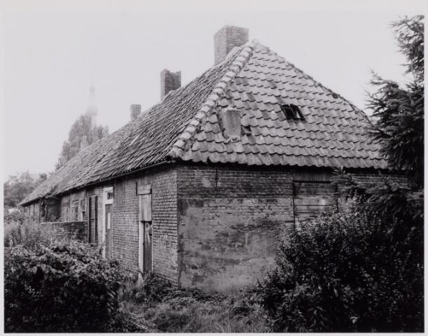084390 - Varkensmarkt. Het rijtje huizen, bekend als ´de Platte Beek` dreigde in 1981 door de gemeente gesloopt te worden. Na een protestactie werd besloten tot behoud en restauratie.