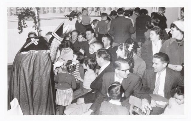 038888 - Volt. Zuid. Ontspanning. Viering Sint Nicolaas voor de kinderen van het personeel in 1959. De twee heren rechtsonder zijn links Sjef van Opstal en rechts Jan v.d. Ben. Recht voor Sinterklaas de heren Gust Sparidaens en Ir. de Graaff.