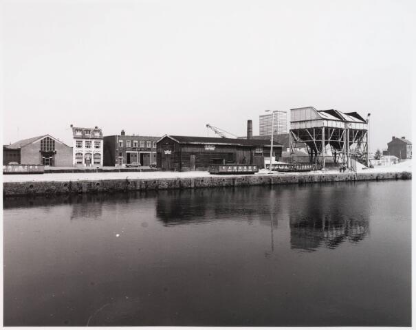 028537 - noordzijde van de Piushaven met bedrijfspanden, genomen in de zomer van 1981