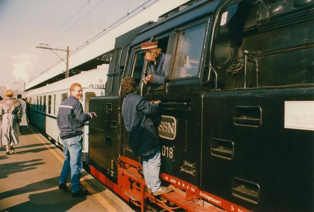 651286 - Tilburg, 125 jaar stad aan het spoor. Manifestatie. De stoomtrein staat klaar voor vertrek. De trein trok de twee wagons met genodigden van deze manifestatie.