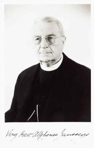 007110 - Bidprentje. Alphonse Janssens. Deze voortreffelijke man, van wie wij de mooiste herinneringen bewaren, werd geboren te Tilburg 2 juni 1865. Als bekroning van zijn studiejaren in het seminarie Beekvliet en verder te Floreffe en te Leuven ontving hij de heilige priesterwijding 29 juni 1891. Zijn gezegend priesterleven heeft hij volledig besteed als zielzorger in Amerika, eerst als kapelaan te Mandeville en later in de kathdrale parochie van New Orleans, vervolgens 42 jaar als pastoor van de parochie St. Rosa de Lima. In 1941 vierde hij zijn gouden priesterjubileum in de parochie Koningshoeven te Tilburg. De oorlog verhinderde zijn plannen terug te gaan naar Amerika. Zijn geboortestad was ook nog getuige van zijn diamanten jubileum in 1951. Alphonse Janssens is gestorven in 1951 te Tilburg.