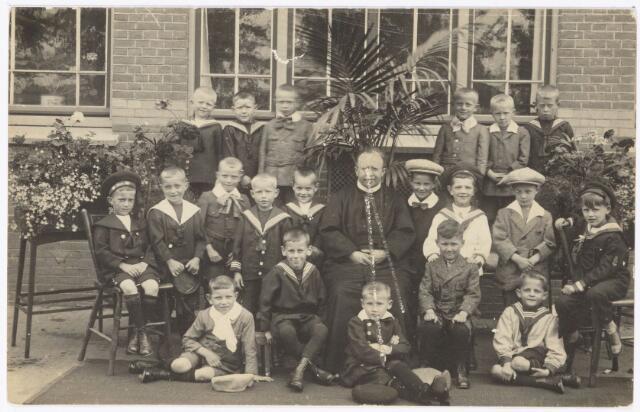 051195 - Basisonderwijs.  Klassenfoto r.k. lagere school. Heilig-Hart school. De communiecantjes van de school juli 1923 die behoorde bij de parochie Noordhoek.