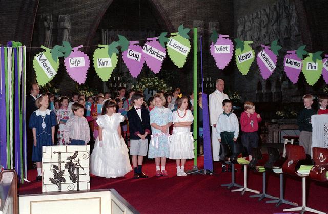 655291 - Eerste Heilige Communie viering in de Tilburgse Sacramentskerk op 14 april 1991.
