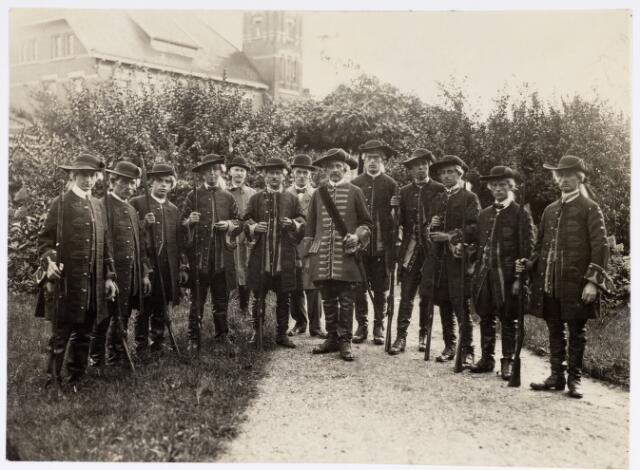 048899 - Optocht ter gelegenheid van de kroningsfeesten bij het 25-jarig jubileum van koningin Wilhelmina (1923-1924) deelnemers verzamelen zich op de Kromhout kazerne te Tilburg.