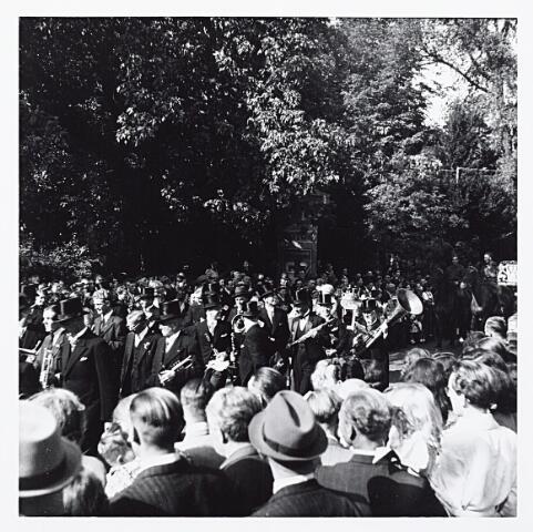 012200 - Tweede Wereldoorlog. Harmonie tijdens een bevrijdingsfeest in het Wilhelminapark op 9 mei 1945