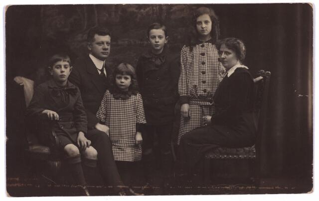 003626 - Het gezin van Henri van Beurden en Christina Teulings, wonende aan de Tuinstraat 76 te Tilburg. V..l.n.r.; Paulus Adrianus Josephus (Paul) van Beurden, geboren te Tilburg op 31 oktober 1906; vader Henri Frederik August van Beurden, geboren te Tilburg op 14 februari 1874 en aldaar overleden op 14 oktober 1930; Gertruda Anna Maria Leonora (Truus) van Beurden, geboren te Tilburg op 23 mei 1910; Leonardus Antonius Maria A.H. (Leo) van Beurden, geboren te Tilburg op 12 juni 1906 en aldaar overleden op 20 januari 1961; Maria Magdalena Christina Antonetta (Lena) van Beurden, geboren te Tilburg op 11 mei 1903 en overleden te Maastricht op 3 april 1997; moeder Christina Gertruda Maria Justina Elisabeth Teulings, geboren te ´s-Hertogenbosch op 27 februari 1874 en overleden in 1968. Henri van Beurden was boekhouder van beroep en zoon van de Tilburgse fotograaf Adriaan van Beurden.