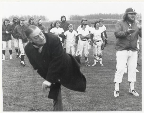 91028 - Made en Drimmelen. Opening van het Honkbalveld door burgemeester C. Smits (KVP) die de burgervader was van Made van 1965 tot 1979. Baseball.