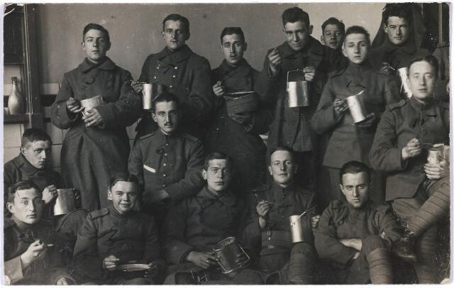 """004791 - """"Revolutietijd 1918"""" staat achter op deze foto. Op de 2e rij van beneden, uiterst links: Laurent JANSSENS (Tilburg 1899-1975), later textielfabrikant en wethouder van Tilburg van 1939 tot 1961. De volgende namen staan ook genoteerd op de achterkant: Van Hest, Brands, Tuerlings, Iersel (?), Van Heijst (st), Van Heijst, Bonmer (of Bonmère), Zutphen, Stam, Lusman (?), Van Dam, Hogenbosch, Kronenburg, Boelens. Zie voor beschrijving Janssens  foto nr. 4795"""