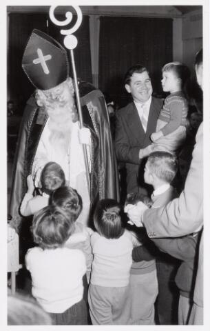 038723 - Volt. Oosterhout. Sint Nicolaasviering voor de kinderen van het personeel in ca.1960. Fabricage- of productie vond in Oosterhout plaats van april 1951 t/m 1967. Sinterklaas. St. Nicolaas