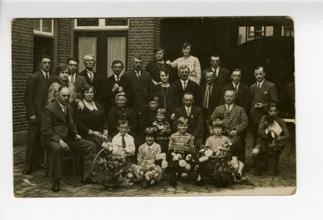 604228 - Jan Priems 25 jaar in dienst bij Firma Wed.J.van Casteren, mogelijk op achterplaats Korvelseweg 78-84