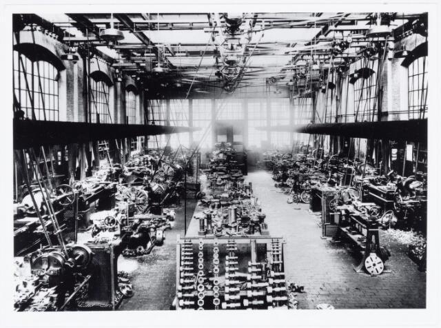036952 - Spoorwegen, Centrale Werkplaats, Atelier, NS: De draaierij in 1932. Op de foto is te zien dat alle draaibanken werden aangedreven door drie centrale assen boven in de hal. Deze assen werden op hun beurt weer aangedreven door een stoommachine.