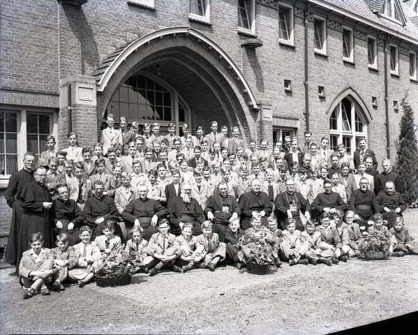 653882 - Onderwijs. Groepsfoto van docenten en studenten van de Rooi Pannen.