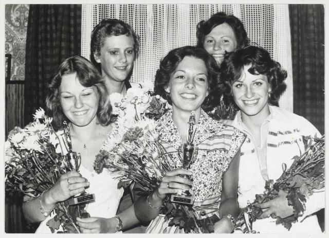 """89647 - Miss-verkiezingen """"Ronde van Lage Zwaluwe '76"""". In het midden: Yvonne Hartmann uit Lage Zwaluwe - Miss 1976"""