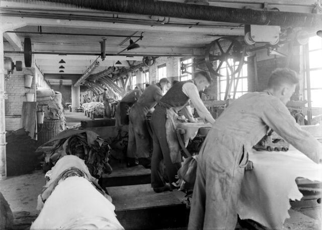 650461 - Schmidlin. De firma Bernard Pessers was naast een wolwasserij ook productief als schapenlederfabriek, omstreeks 1920-'25.