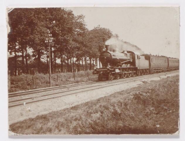 045320 - Een vrijwel nieuwe locomotief van de serie 700 van de Staatsspoorwegen komt uit de richting Boxtel en nadert de overweg in de Bosscheweg.
