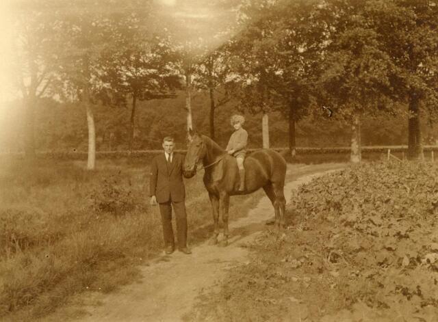 600834 - Tinus van Loon, koetsier van jhr. Verheijen, met onbekend kind op het paard van de jonker.  Kasteel Loon op Zand. Families Verheyen, Kolfschoten en Van Stratum
