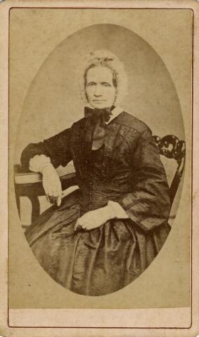 092198 - Antonia Kooijen, gedoopt op 26 januari 1805 te Tilburg als dochter van Martinus Kooijen en Maria Kolen. Op 15 mei 1834 huwde zij te Tilburg met lakenfabrikant Joannes Brouwers, de oprichter van de wolenstoffenfabriek Brouwers (later Brouwers Lakenfabrieken). Antonia overleed op 18 maart 1872 te Tilburg.