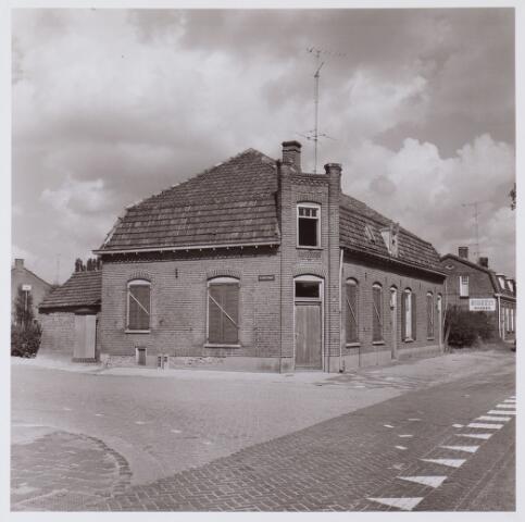 062527 - Woonhuizen aan de Bosscheweg/hoek Kerkstraat van de familie van Riel, thans afgebroken.