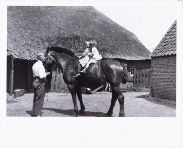 007628 - Langgevelboerderij Broekstraat 8. Bart Pigmans, landbouwer en melkventer aan de Broekstraat nummer 8 met op het paard zijn kinderen Harrie en An Pigmans.