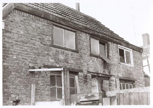 017221 - Schuurtje van een pand aan de Capucijnenstraat eind 1970