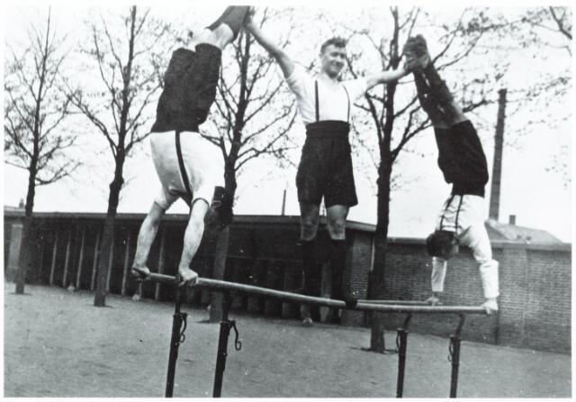 052759 - Sport. Gymnastiek. Gymnastiekvereniging David; v.l.n.r. Jan van Erven, Piet Hooijen en Sjef van Oort