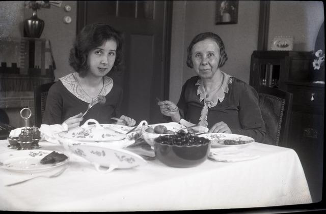 654378 - Privéarchief Schmidlin. Besty Sellen (links) en haar moeder Alida E. Sellen-Jansen.