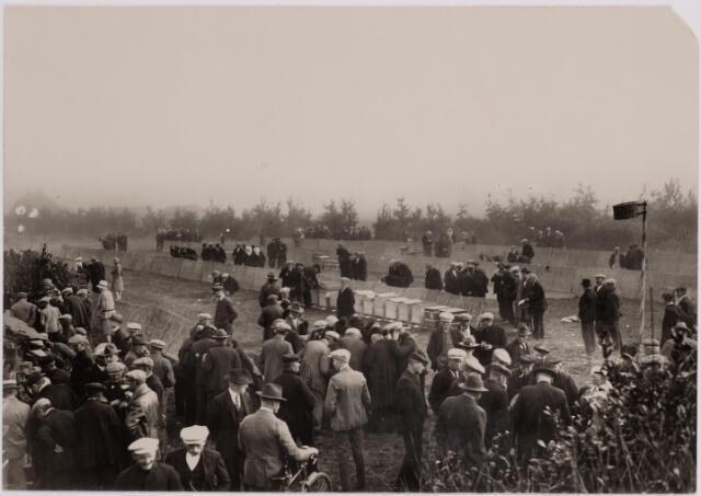040707 - Eerste Tilburgse Bijenmarkt geopend op het Gem. Sportpark. (sept. 1928)