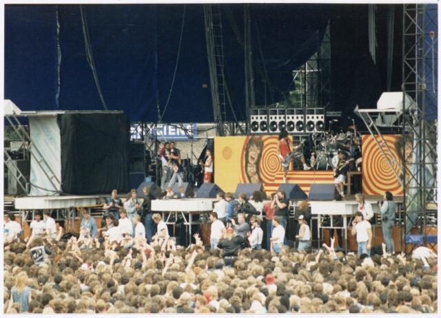043409 - In het stadion te Tilburg werd op 4 september 1988 een rock festival genouden onder de naam Monsters of Rock.