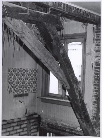 026923 - Detail van de dakconstructie van het pand Nieuwlandstraat 25