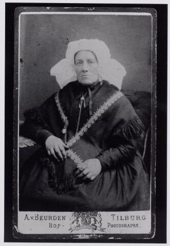043826 - Onbekende vrouw in de klederdracht van Tilburg en omgeving. (reproductie; origineel niet in collectie aanwezig)