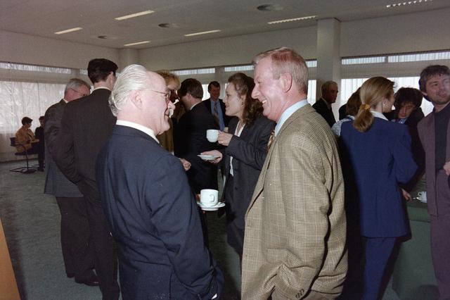 1237_001_046-1_008 - Zorg. Koffie na afloop van een vergadering van Stichting Pensioenfonds van Fysiotherapeuten in maart 1998.