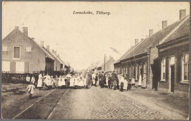 010299 - Lijnsheike, komt op de kaart van A. Arts uit 1870 voor als 'Lindsheike' met nevenvermelding 'straatweg van Loon op zand naar Tilburg'. Links de tramrails van de lijn Tilburg-Loon op Zand-Waalwijk. Volgens de gemeenteraad liep het Lijnsheike in 1900 van het Goirke noordwaarts tot en met  herberg 't Wit Paardje. Nu kunnen we naam Lijnsheike  nog maar als een korte zijstraat van de Leharstraat. Links de typische zijgevel van een wevershuis.