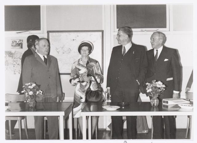 037752 - Textielindustrie.  Jubileum van Jan Haans (tweede van rechts), weverijleider, 50 jaar in dienst van textielfabrieken H. F .C. Enneking. Naast de jubilaris zijn echtgenote