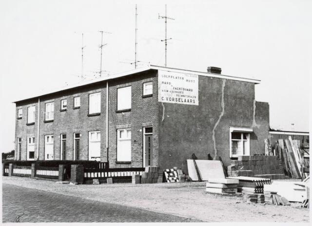 034090 - Panden aan de Jac. van Vollenhovenstraat 20 tot en met 26 (even), voorheen Heikantsebaan. Pand met het witte naambord was van sloper C. Vorselaars.
