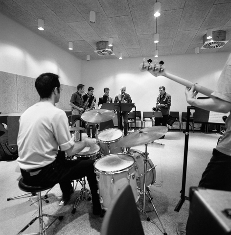 D-000012-5 - Brabants conservatorium : drummer met saxofonisten