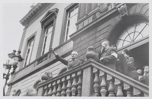 012267 - Tweede Weredoorlog. Bevrijding. Burgemeester Van de Mortel keert terug op zijn post en begroet op het bordes van het stadhuis de toegestroomde menigte Tilburgers