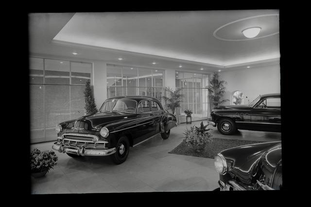 654708 - Middenstand. Een Chevrolet Deluxe in een autoshowroom.