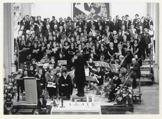 90939 - Made en Drimmelen. Groepsfoto van het Mannen-  en Dameskoor Zanglust  beide uit Made, zingen hier de Kröningsmesse van Mozart. Beide verenigingen ontvingen hiervoor de gemeentelijke cultuurprijs.