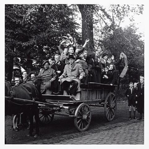 012193 - WO2 ; WOII ; Tweede Wereldoorlog. Enkele bevriende middenstanders uit de omgeving van het centrum vieren de bevrijding van Nederland op 9 mei 1945 in het Wilhelminapark