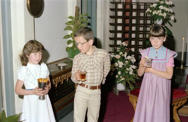655239 - Eerste heilige communie op 31 mei 1981. In de voormalige Visitatiekapel in de Bisschop Zwijsenstraat te Tilburg, naast de oude pastorie van 't Heike.