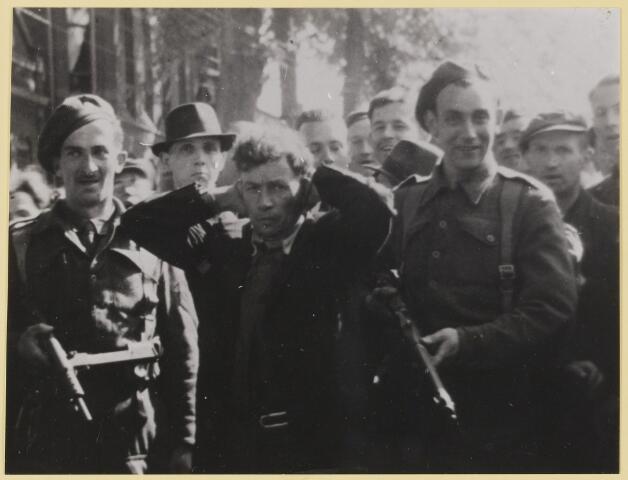 077505 - Tweede wereldoorlog 1940-1945. Na de bevrijding worden verdachte personen door de Orde Dienst (O.D.) opgepakt en naar de Kunstkring gebracht voor verhoor.