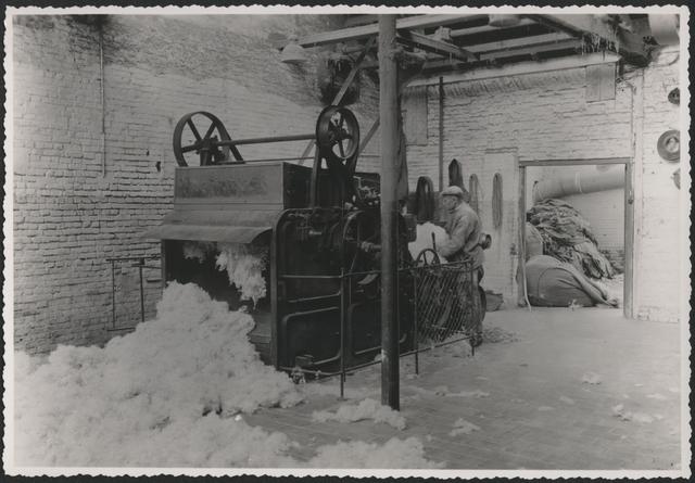 653257 - Wolhandel Wouters, Tilburg. Foto genomen op de afdeling in de wollenstoffenfabriek waar de ruwe wol gekaard werd.