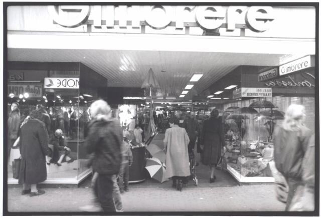 021941 - Modezaak Gimbrère in de Heuvelstraat. Gimbrère is een van de langstbestaande zaken in de Tilburgse winkelstraat