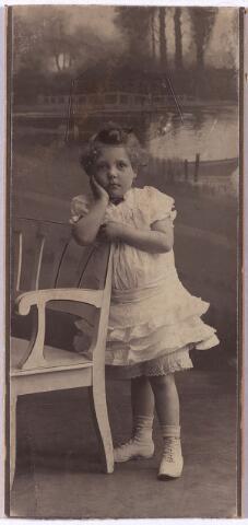 004382 - Leonie GOIJARTS rond 1905, dochter van Josephine R.L.M. Janssens en Wijnand P.J.Goijarts, wollenstoffenfabrikant. Leonie Henrica Josepha Goijarts werd in Tilburg geboren op 26-8-1901.