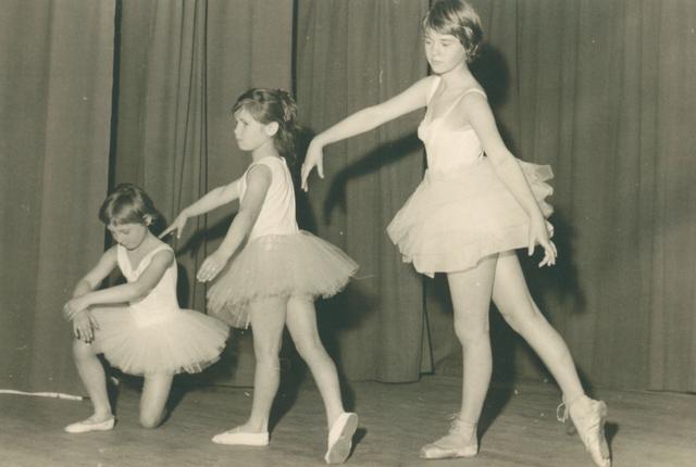 651619 - Meisjesschool Vincentius. Tilburg. Er werd op die feestdag ook ruimte gemaakt voor een klassiek ballet. Het meisje geheel rechts is Anke Zegelink die begon met een solo.